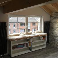 Regal unter dem Fenster schafft Platz und Stauraum