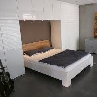 Regale und Schränke, die als Bettüberbau geplant werden sparen Platz und schaffen Stauraum