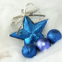 Weihnachtskugeln und Dekoration in blau