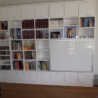 Schiebetüren sind eine platzsparende, elegante Lösung für Regale und Schränke in kleinen Räumen.