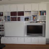 Schränke und Regale mit Schiebetüren sind auch für kleine Räume optimal geeignet.