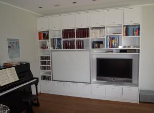 Große Wohnwand mit integriertem Fernseher