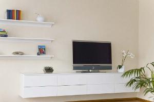 Weißes Hängeboard für Fernseher