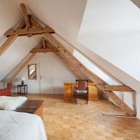 Offen liegende Balken im Altbau bieten viele Möglichkeiten für Möbel