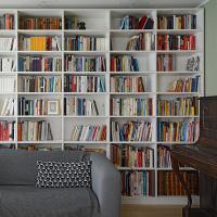 deckenhohes, weißes Bücherregal nach Maß gefertigt