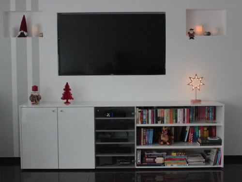 halboffenes TV-Board mit Glasfronten