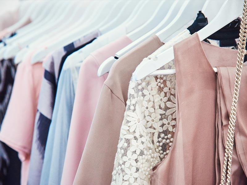 Kleider auf dem Kleiderbuegel