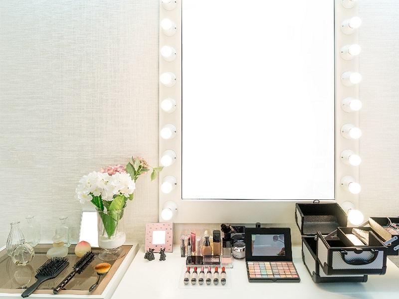 Schminktisch mit beleuchtetem Spiegel