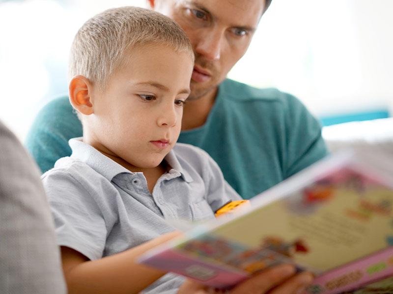 Vater liest mit dem Sohn