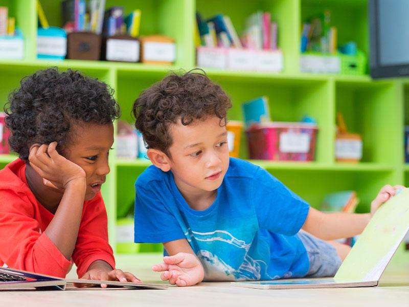 spielende Kinder im Kinderzimmer