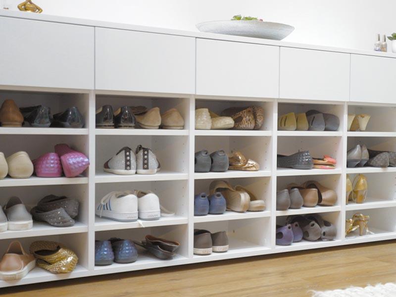 Schuhe im fertigen Schuhschrank nach Maß