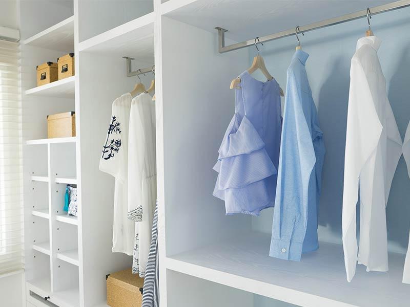 aufgeräumter Kleiderschrank