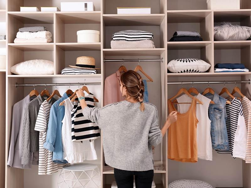 minimalistisch eingerichteter Kleiderschrank
