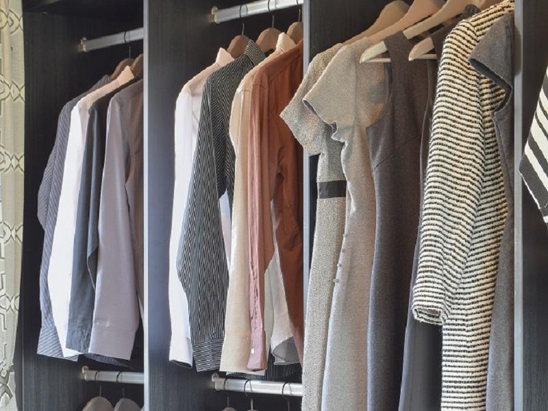 übersichtlicher Kleiderschrank