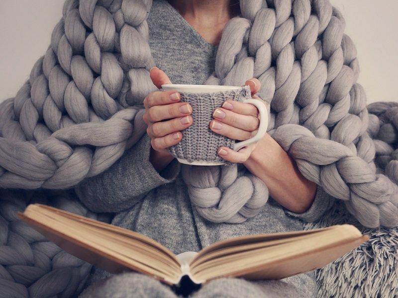 Mit einem Tee und einem Buch entspannen.