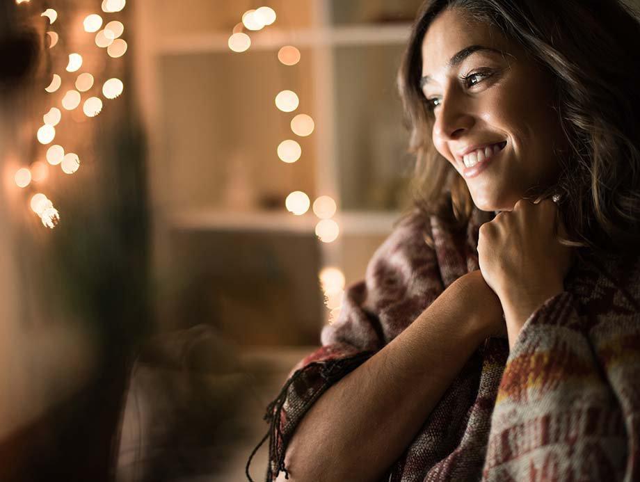 Frau mit Lichterkette im Hintergrund