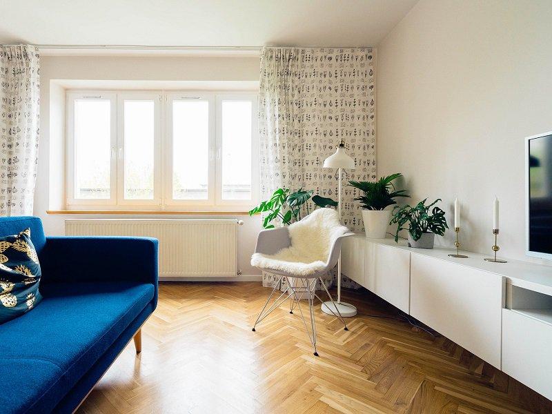 sofa blau farblicher Akzent
