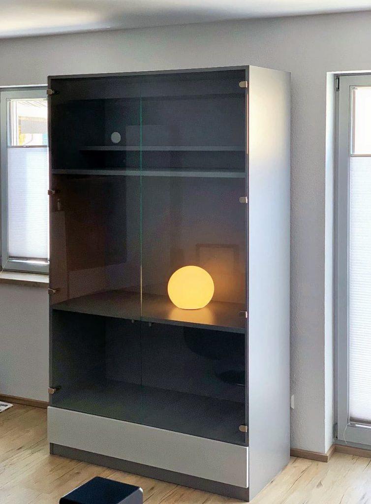 vitrinenschrank mit glastüren