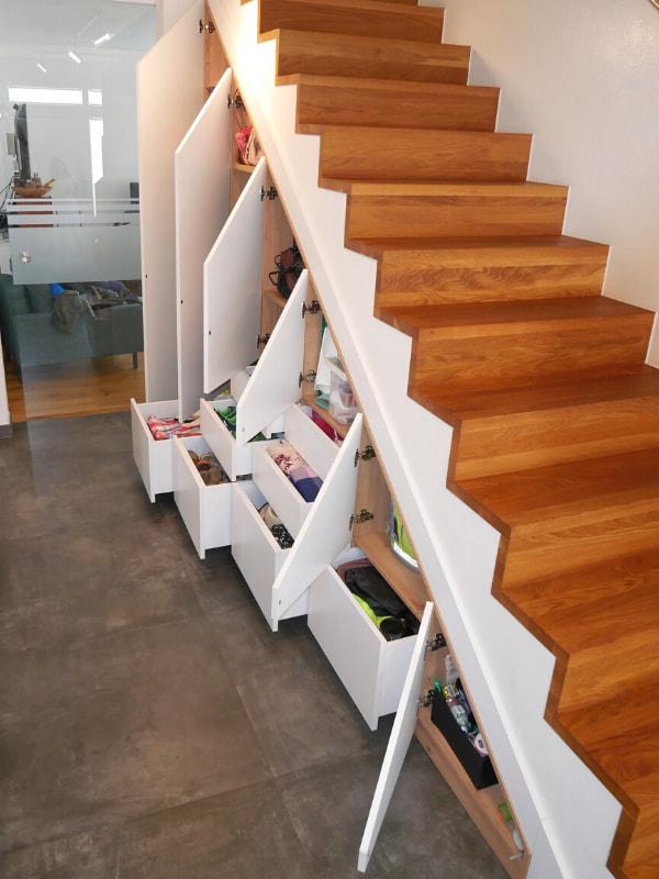 schrank im flur unter der treppe offen