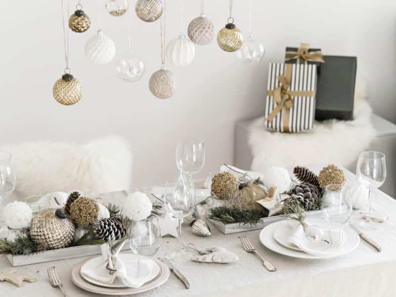 weihnachtsdekoration-tisch-grau-gold