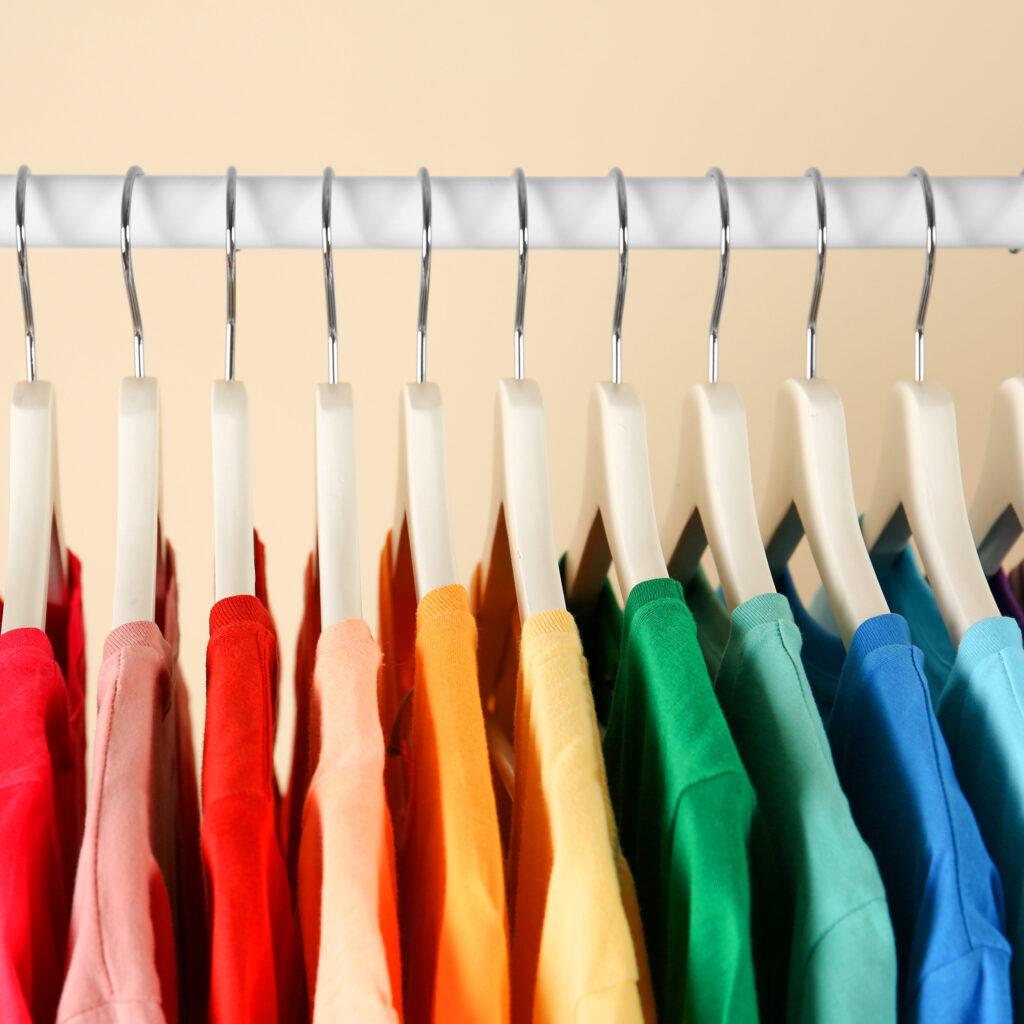 The Home Edit, Kleidung im Schrank nach Farben sortieren