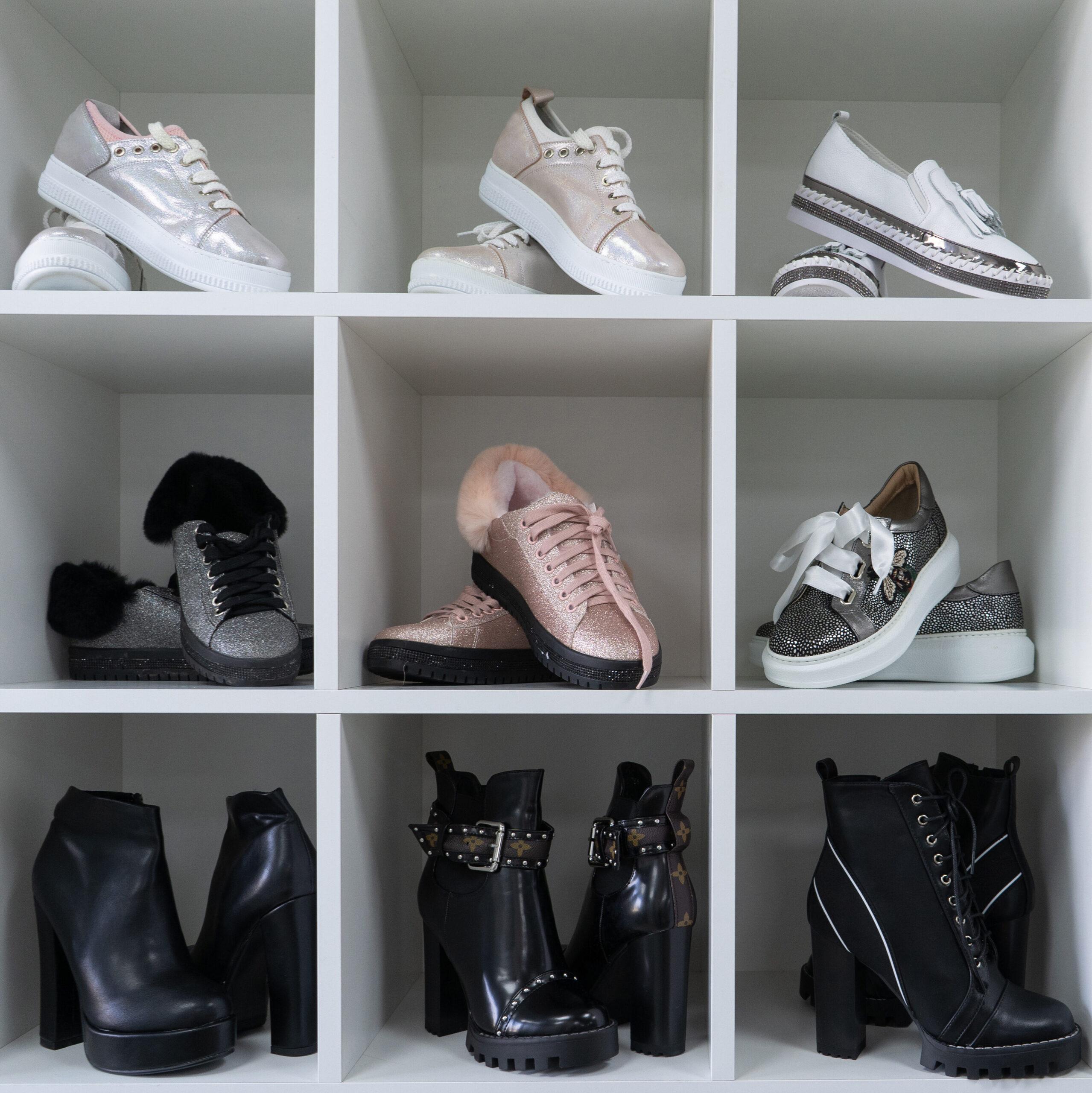 Schue im Regal einsortiert, The Home Edit