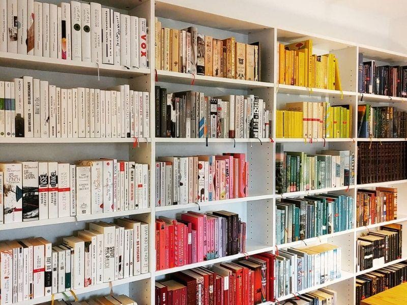 Bücherregal nach Farben