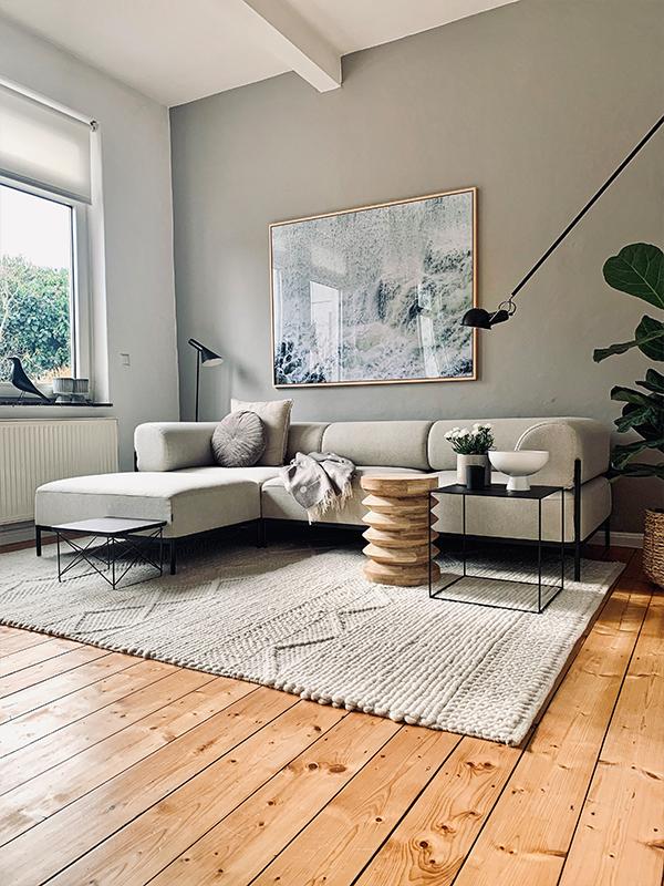 Das Wohnzimmer mit hellem Sofa von friloconcept: Instagram Interior Accounts zur Inspiration