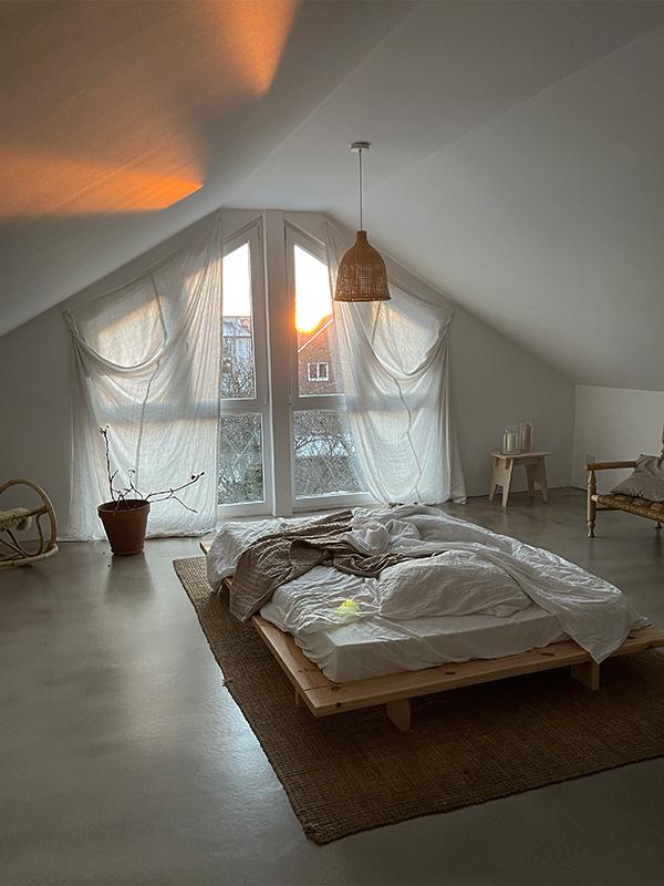 Das Dachgeschoss von schoene_kleine_welt mit Bett in der Mitte