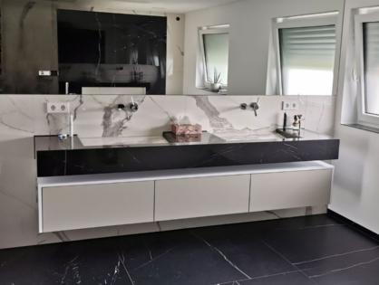 schrankwerkstück Juli 2021: ein Hängeboard nach Maß für ein modernes, minimalistisches Badezimmer