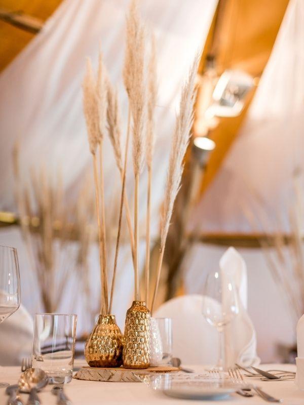 Trockenblumen auf dem Tisch dekorieren