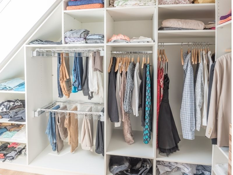 Kleiderschrank offen mit Kleidung