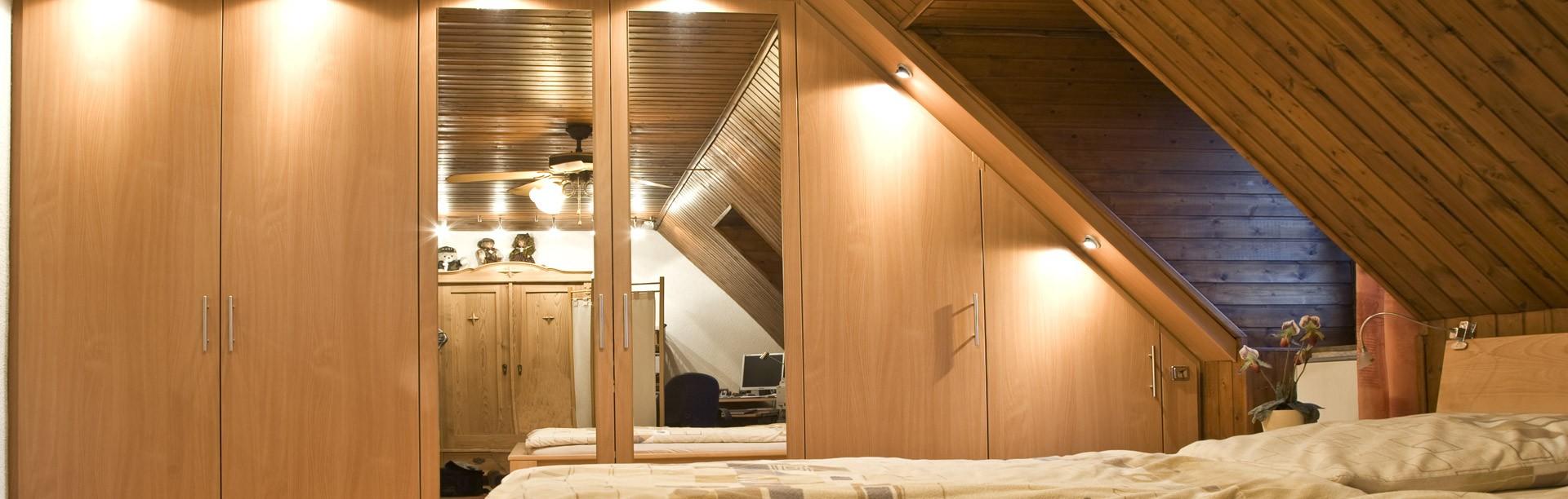 Schlafzimmerschrank nach Maß für Dachschrägen planen | schrankwerk.de